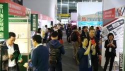 Foto: Visitors at the trade fair C-star in Shanghai; copyright: C-star